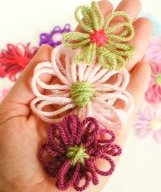 How to make loom flowers and a free template to make your own loom! #yarn #crafts #loom