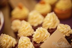 Always a hit with wedding guests! Black and white wedding cupcakes from Cupcake DownSouth | photo credit Richard Bell Photography #weddingcupcakes #columbiaweddings