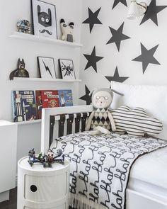 dormitorio para niños en blanco y negro