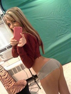Hot babe selfie showing her hot body