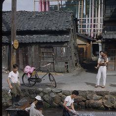 tokyo Japan 1950 終戦間もない昭和25年の様子。焼け野原に眠るだけの家を建てていた。