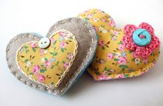 Scrappy brooches by Very Berry Handmade, via Flickr .Tutorial