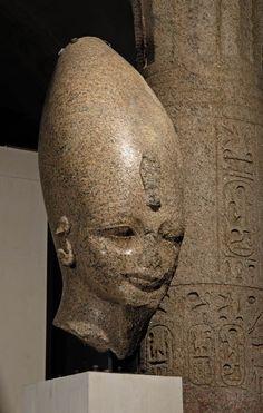 La taille des statues égyptiennes est très variée allant du colossal au petits chaouabtis. Tête d'un colosse du roi Aménophis III 1391 - 1353 av. J.-C. (18e dynastie) provient de la grande cour de son temple funéraire à Thèbes  |