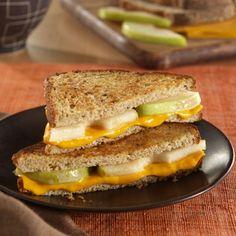 Sandwiches de Queso y Peras a la Parrilla... Sándwiches crujientes de queso a la parrilla con un toque de dulzura de las peras frescas en rebanadas