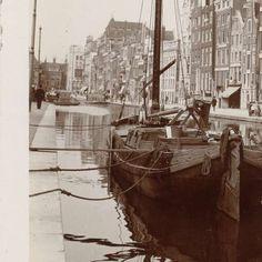 Een schip aan de wal in een gracht, Amsterdam, Nederland, James Higson, 1904