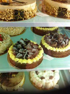Torta con Pan di Spagna al Cioccolato, crema pasticcera e marron glacé.