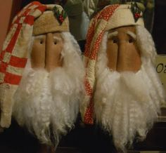 prim santas..would look great incorporated into a wreath.