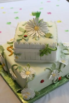 Daisy/bug By LayerCakes on CakeCentral.com