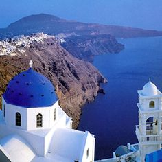 SANTORINI ISLAND : VIEW OF THE VOLCANIC CALDERA CLIFFS