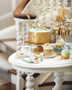 How To Add A Chic Hampton's Vibe To Your Wedding.....Bring elements of the beach to your dessert bar with golden seashell-like chocolates, a coral-inspired cake, and mini-cookie cakes and meringues topped with sugared starfish. For the icing on the cake, tempt guests with delectable apples dipped in seafoam-colored chocolate and coated with gold glitter.
