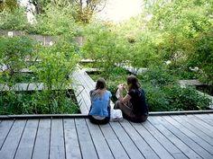 Friend + garden = perfect impromptu picnic spot #parisianpicnic