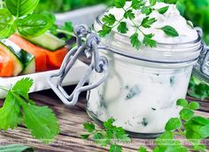 Jogurtowy sos z ogórkiem i czosnkiem