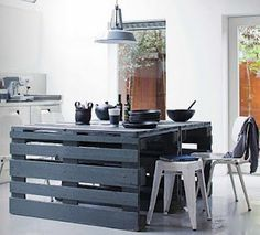 cool pallet table. Wouldn't this be awesome in a craft room?