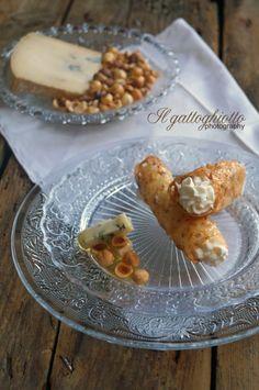 Cannoli crispy hazelnut mousse with toma blue / Cannoli croccanti alle nocciole con spuma di toma blu