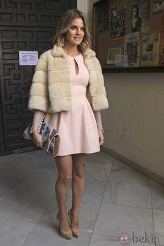 Amaia Salamanca num casamento com um vestido rosa e casaco de pêlo bege. #casamento #vestido #casacodepêlo #convidada #rosa #bege #AmaiaSalamanca