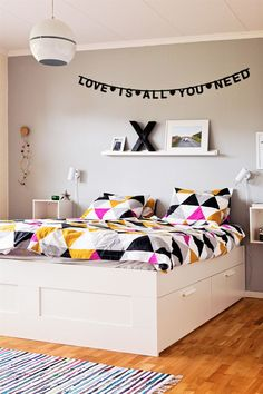 bedroom, graphical and colorful bedding