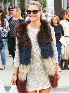 Wow! Check out Ali Larter's furry 'n' colorful vest! Crazy cool! Our eyes are on her chic wayfarer sunnies too, of course!
