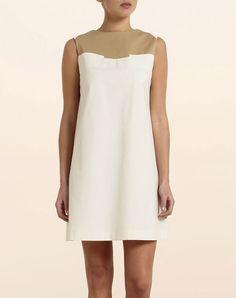 Vestido blanco y beige de verano.