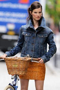 Prenda clave: jean jacket fever  Las chamarras de mezclilla son un básico, pero este verano regresan con más fuerza.