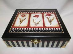 Caixa de maquiagem grande em MDF, decorada com pintura e decoupagem. Na parte interna tem espelho, e 12 divisões; R$ 75,00