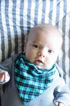 DIY bandana bibs. Great for drool or spit up. Great present for new Mums! Tela make me some!