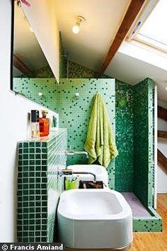 Un dégradé de verts pour cette salle de bains
