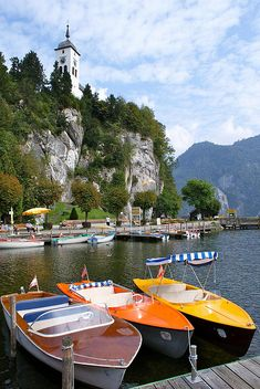 Explore the wonderful scenery at the lake Traunsee. #austria #salzkammergut #traunsee #lake #boat #summer #visitaustria