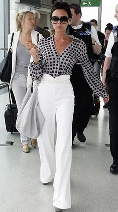 camisa-seda-moda-mulher-feminina-social-festa-look-visual-estilo-elegante-famosas-bolinhas-calça-branca-cintura-alta-victoria-beckham