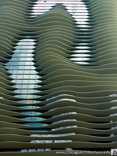 This build does stand out among the monotonous skyscrapers in Chicago. A simple yet charming surface approach. (Construction progress as of October, 2008 / Aqua building by Studio Gang)
