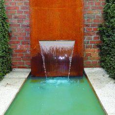 Wasserobjekte aus Stahl bereichern den Garten auf eine besondere Weise