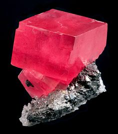Rhodochrosite: Wearing or placing on or near the heart can calm the emotions and heal and balances yin and yang | #perspicacityparty #magicgeodes #rhodochrosite