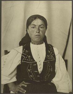Romanian woman at Ellis Island 1906