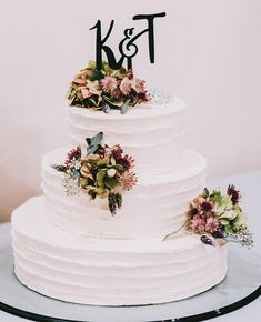 Simple elegance       #weddingcake #weddingparty #weddinggown #ceremony #cakestagram #cakedesign #instacake #congratulations #cakeart #instawed #flowercake #smpweddings #instawedding #weddingideas #smpweddings #sanfranciscoweddingphotographer