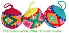 Bolitas navideñas tejidas y bordadas por artesanos de Puno, Perú