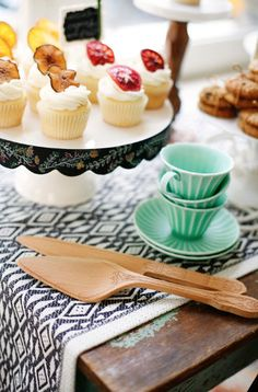 pretty chalkboard cake stand  http://rstyle.me/n/jt7rmpdpe