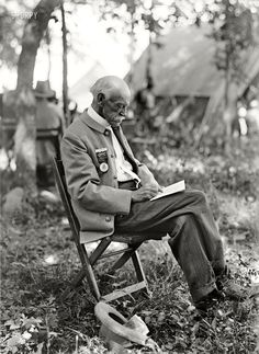 """July 1913. """"Gettysburg reunion: Veterans of the G.A.R. and of the Confederacy, at the Encampment."""""""