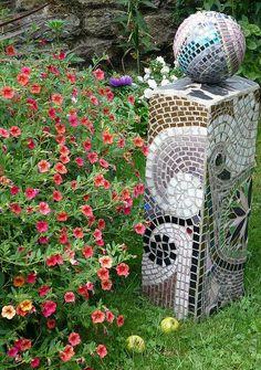 Minipetunien with mosaic column