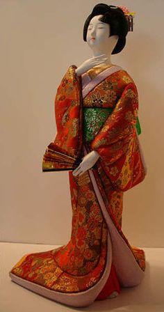 Muñeca japonesa de porcelana con kimono de seda.