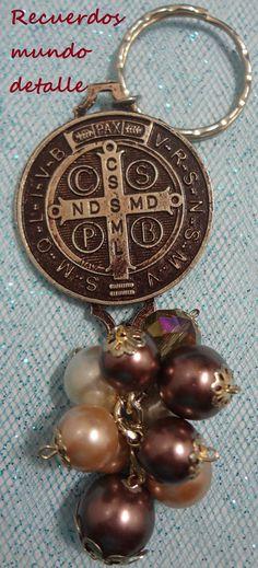 Hermoso llavero de San Benito con perla cristal, ideal para recuerdo de tu evento