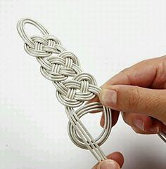 How to... Celtic knot bracelet. Celtic Knot Tutorial, Crafts Ideas, Hemp Craft, Celtic Knots, Knots Bracelets, Hemp Yarn, Braids Bracelets, Knots Tutorials, Leather Bracelets