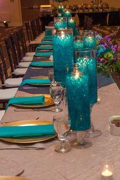 Centros de mesa con perlas de agua azul y luces LED. #CentroDeMesa