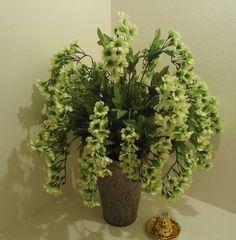 Vaso em metal  com rosas em alto relevo, flores pendentes na cor da moda VERDES! MARAVILHOSO VC NÃO VAI SE ARREPENDER ,POIS TODOS OS NOSSOS VASOS SÃO EXCLUSIVOS! R$ 129,99