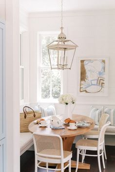 breakfast nook inspiration | breakfast nook with bench seating | round dining table | beachy home decor inspiration