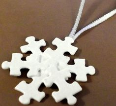 Snowflake Puzzle Ornament - I love the idea of using puzzle pieces to make ornaments!