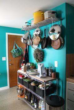 Actualmente, en lugar de tener los elementos de cocina guardados en alacenas, se usan mucho esta clase de organizadores con todo a la vista.