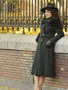 Sira Quiroga abrigo verde. El tiempo entre costuras.