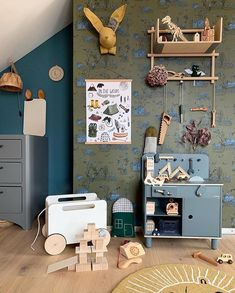 "Interior & Scandinavian Decor auf Instagram: ""How cool is this child's room by @what_eva_loves 👈🏻😍 Featuring the Flexa Play Workbench, Ooh Noo Toy Chest On Wheels and OYOY The Lion rug…"""