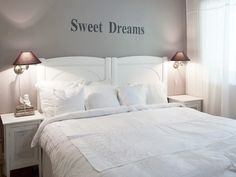 Buena idea la de escribir dulces sueños sobre el respaldo de la cama! wall decor, interiors, bedroom white, dream hous, white bed, white interior, shabbi bedroom, masterbedroom dress, sweet dreams