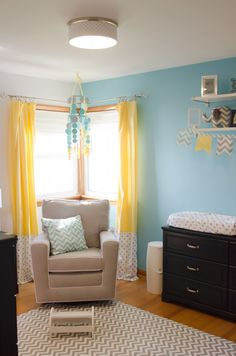 Love the mix of patterns and colors in this #yellowandblue nursery! #nurserydesign #chevron