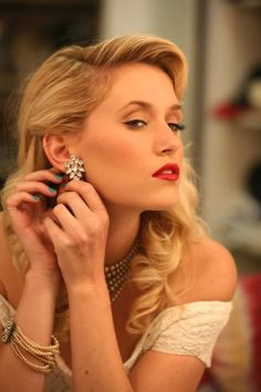 1940's glam hair makeup and jewelry. Perfection.